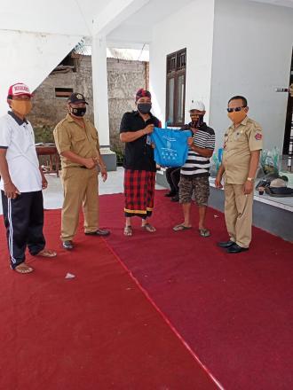 Pemberian Bantuan Paket Sembako di Banjar Dinas Alasangker